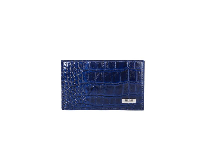 Футляр для карточек Tirelli Кроко, цвет: синий. 15-325-1515-325-15Футляр для карточек Tirelli Кроко изготовлен из натуральной кожи синего цвета с декоративным теснением под рептилию. Футляр оформлен фирменным логотипом. Внутри имеется 12 кармашков из прозрачного пластика для хранения пластиковых карт, визиток, дисконтных карт и т. п. Такой футляр не только поможет сохранить внешний вид ваших документов и защитит их от повреждений, но и станет ярким аксессуаром, который подчеркнет ваш образ. Изделие упаковано в подарочную коробку синего цвета с логотипом фирмы Tirelli.