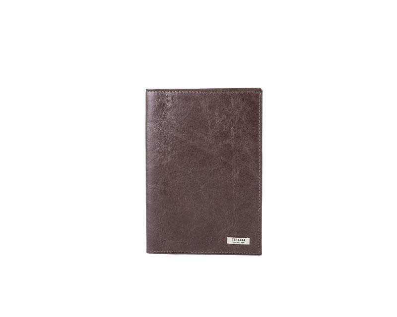 Обложка для паспорта Tirelli Денвер, цвет: коричневый. 15-333-1215-333-12Обложка для паспорта Tirelli Денвер изготовлена из натуральной кожи коричневого цвета с матовой текстурой. Внутри два вертикальных кармана из прозрачного пластика. Такая обложка не только поможет сохранить внешний вид ваших документов и защитит их от повреждений, но и станет ярким аксессуаром, который подчеркнет ваш образ. Изделие упаковано в подарочную коробку синего цвета с логотипом фирмы Tirelli.