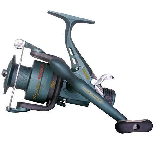 Катушка безынерционная Salmo Supreme Feeder System 30BR, 1 подшипник7130BRСпециализированная катушка, предназначенная для ловли рыбы на донные оснастки. Мощная среднескоростная катушка обеспечивает эффективное вываживание любой попавшейся на крючок рыбы. Система Feeder System, используемая в данной модели катушки, обеспечивает необходимую величину настройки стравливания лески при поклевке рыбы любого размера. Особенности: Тормоз фрикционный передний (с микрорегулировкой); 1 подшипник шариковый; Система стравливания лески с включателем рамочным; Корпус карбопластовый; Шпуля основная пластиковая (графитовая); Шпуля дополнительная пластиковая (графитовая); Ролик лесоукладователя конусный увеличенный (противозакручиватель); Покрытие ролика лесоукладователя из износостойкого нитрида титана; Рукоятка с винтовым типом фиксации и с возможностью право/левосторонней установки.