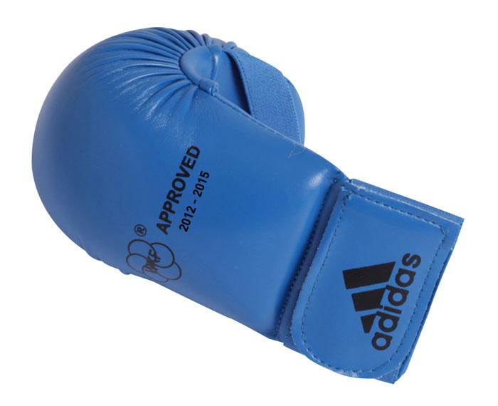 Накладки для карате Adidas WKF Bigger, цвет: синий. 661.22. Размер S661.22Изогнутые накладки Adidas WKF Bigger с объемным наполнителем необходимы при занятиях спортом для защиты пальцев, суставов и кисти руки в целом от вывихов, ушибов и прочих повреждений. Накладки выполнены из высококачественного полиуретан PU3G. Накладки прочно фиксируются на запястье за счет широкой эластичной ленты на липучке. Удобные и эргономичные накладки Adidas идеально подойдут для занятий карате и другими видами единоборств. Одобрены WKF. Рассчитаны на рост 150-160 см.