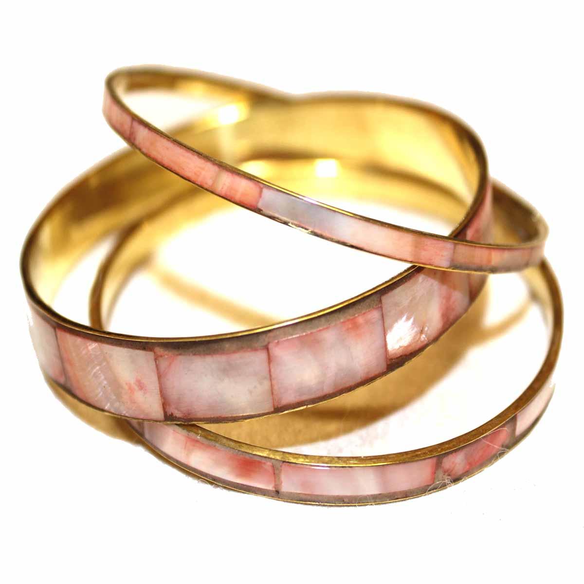 Браслет Ethnica, 3 шт. 097040097040_РозовыйСтильный браслет Ethnica выполнен из металла золотого цвета, на лицевой стороне браслет декорирован вставками розового цвета. В комплект входят 3 браслета разной ширины. Такие браслеты позволят вам с легкостью воплотить самую смелую фантазию и создать собственный, неповторимый образ.