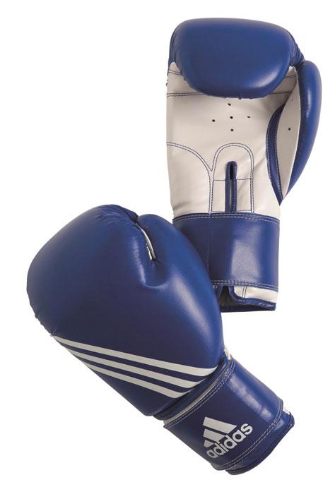 Перчатки боксерские Adidas Training, цвет: сине-белый. adiBT02. Вес 8 унцийadiBT02Боксерские перчатки Adidas Training изготовлены из мягкого полиуретана PU3G, который по своим качествам не уступает натуральной коже. Внутренний наполнитель из многослойной пены закрывает тыльную сторону и боковую часть ладони, обеспечивая надежную защиту рук боксера и позволяя безопасно тренироваться в полную силу. Предварительно изогнутый по технологии Intelligent Mould Technology крой перчатки позволяет боксеру держать кулак в правильном положении. Загнутый параллельно кулаку большой палец обеспечивает безопасность при нанесении ударов и защищает большой палец от вывихов и травм. Внутренняя подкладка и вентиляционные отверстия на ладони создают максимальный уровень комфорта для рук, поддерживая оптимальный микроклимат внутри перчаток. Широкий ремень, охватывая запястье, полностью оборачивается вокруг манжеты, благодаря чему создается дополнительная защита лучезапястного сустава от травмирования. Застежка на липучке способствует быстрому и удобному одеванию перчаток, плотно...