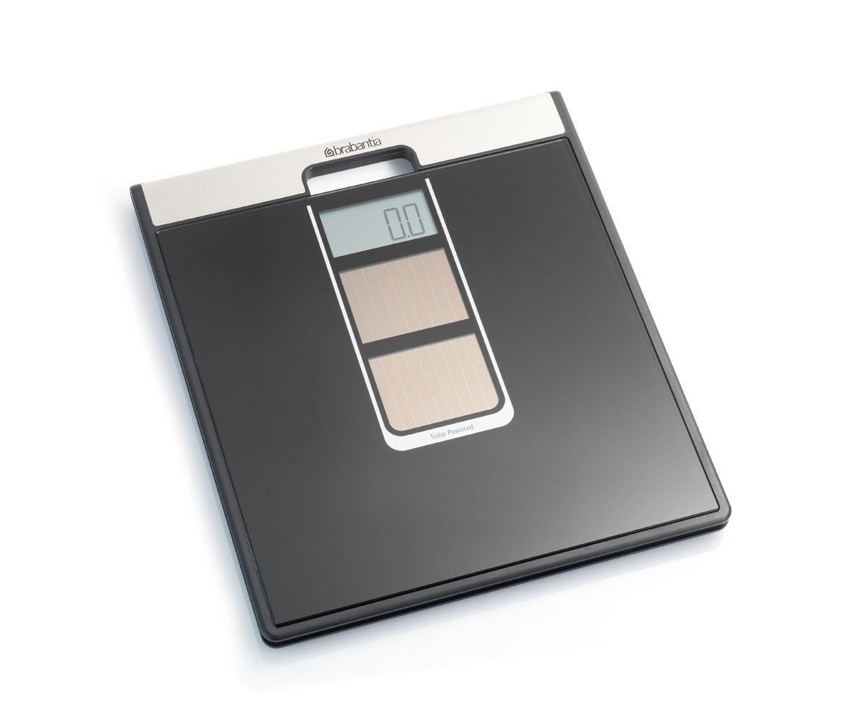 Весы для ванной комнаты Brabantia, на солнечных батареях481109Великолепная точность в сочетании с элегантным современным дизайном. Идеальный помощник для тех, кто следит за своим весом, заботится о своем здоровье и здоровье окружающей среды. Два солнечных элемента обеспечивают быстрое включение от солнечного или искусственного света. Особенности: Весы имеют встроенную ручку и удобны в переноске; Цифровая система, обеспечивающая высокую точность измерений, дискретность шкалы – 0,1 кг; Весы имеют широкую платформу и удобны в использовании; Большой предел взвешивания (макс 160 кг); Отличная устойчивость – прочные защитные противоскользящие колпачки; 5 лет гарантии Brabantia.