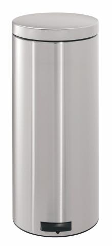 Бак мусорный Brabantia Классический, с педалью, цвет: матовая сталь, 30 л330865Педальный бак на 30 литров поистине универсален и идеально подходит для использования на кухне или в гостиной. Предотвращает распространение запахов - прочная не пропускающая запахи металлическая крышка; Плавное и бесшумное открывание/закрывание крышки; Надежный педальный механизм, высококачественные коррозионно-стойкие материалы; Удобный в использовании - при открывании вручную крышка фиксируется в открытом положении, закрывается нажатием педали; Удобная очистка – съемное внутреннее ведро из пластика; Бак удобно перемещать - прочная ручка для переноски; Предохранение пола от повреждений - пластиковый защитный обод; Всегда опрятный вид - идеально подходящие по размеру мешки для мусора с завязками (размер G); 10-летняя гарантия Brabantia.