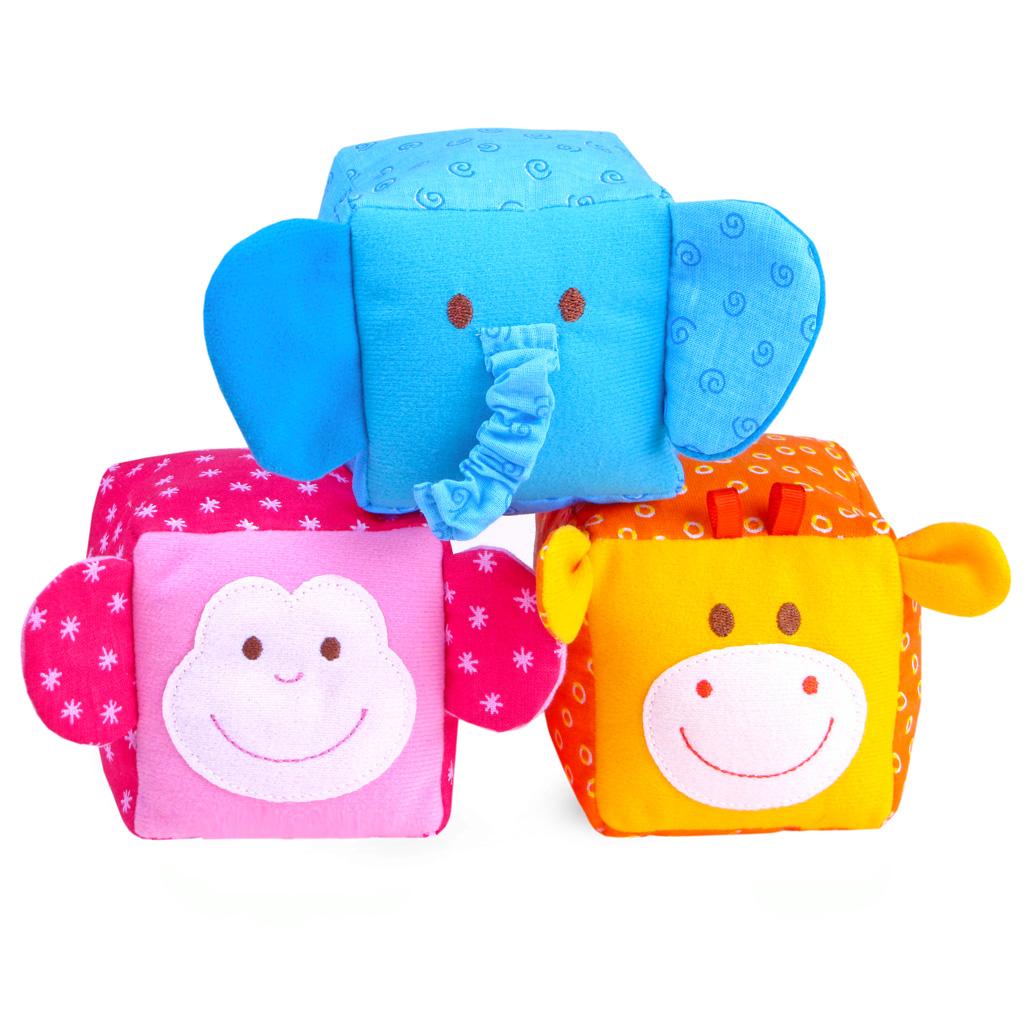 Мягкие кубики ЗооМякиши: Животные, 3 шт246Мягкие кубики ЗооМякиши: Животные помогут вашему ребенку увлекательно и с пользой провести время. Набор состоит из трех разноцветных кубиков, выполненных в виде животных, которые имеют свой звук. С помощью кубиков ваш ребенок познакомится с животными и сможет научиться первым навыкам конструирования. Кубики порадуют ребенка яркими цветами, милыми мордочками, а также разнообразием фактур. Кубики выполнены из высококачественной ткани с мягким наполнителем. Удачно подобранный размер, цвет и понятные рисунки помогут вашему малышу развить мышление, координацию движений и мелкую моторику рук, а также в игровой форме познакомиться с окружающим миром.
