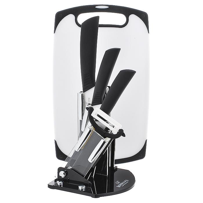 Набор керамических ножей Bohmann, цвет: черный, белый, 6 предметов. 5215BH5215BHНабор Bohmann состоит из ножа шеф-повара, универсального ножа, ножа для очистки, овощечистки, подставки и разделочной доски. Лезвия ножей изготовлены из керамики, благодаря чему обладают сверхвысокой твердостью и износостойкостью. Резать без заточки таким ножом можно долгие годы, на нем не появляются царапины, и при этом он ощутимо легче стального. Керамика не оставляет на продуктах неприятного металлического послевкусия. Продукты, которые вы нарезаете керамическим ножом, не вступают в химическую реакцию, не окисляются и не намагничиваются - то есть сохраняют все свои полезные свойства. Полимерное покрытие препятствует прилипанию продуктов к лезвиям. Эргономичные бакелитовые рукоятки с эффектом Soft-Touch позволят держать нож свободно и максимально удобно. Нарезать продукты или чистить овощи теперь станет намного проще. Подставка изготовлена из прозрачного акрила, на дне имеются резиновые ножки для предотвращения скольжения по поверхности стола. В комплекте также...