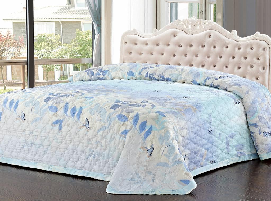 Покрывало стеганое SL, цвет: голубой, 220 х 240 см 0937809378Роскошное покрывало SL, украшенное фигурной стежкой, выполнено из модала и оформлено нежным цветочным рисунком. Покрывало согреет в прохладную погоду и превосходно дополнит интерьер вашей спальни. Модал - это 100% натуральная ткань. Она получена путем переработки распущенной целлюлозы, сырьем для которой служит древесина бука. Благодаря новым методам обработки эта ткань более стойкая, прочная и шелковистая. После стирки модал остается мягким, гибким и быстро сушится. Благодаря великолепной подарочной коробке с сюжетами картин эпохи Возрождения, данное покрывало станет прекрасным подарком к любому случаю.
