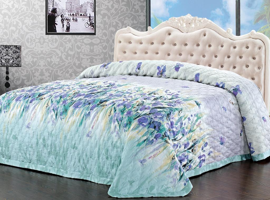 Покрывало стеганое SL, цвет: голубой, фиолетовый, 220 х 240 см 0936809368Роскошное покрывало SL, украшенное фигурной стежкой, выполнено из модала и оформлено красочным цветочным рисунком. Покрывало согреет в прохладную погоду и превосходно дополнит интерьер вашей спальни. Модал - это 100% натуральная ткань. Она получена путем переработки распущенной целлюлозы, сырьем для которой служит древесина бука. Благодаря новым методам обработки эта ткань более стойкая, прочная и шелковистая. После стирки модал остается мягким, гибким и быстро сушится. Благодаря великолепной подарочной коробке с сюжетами картин эпохи Возрождения, данное покрывало станет прекрасным подарком к любому случаю.