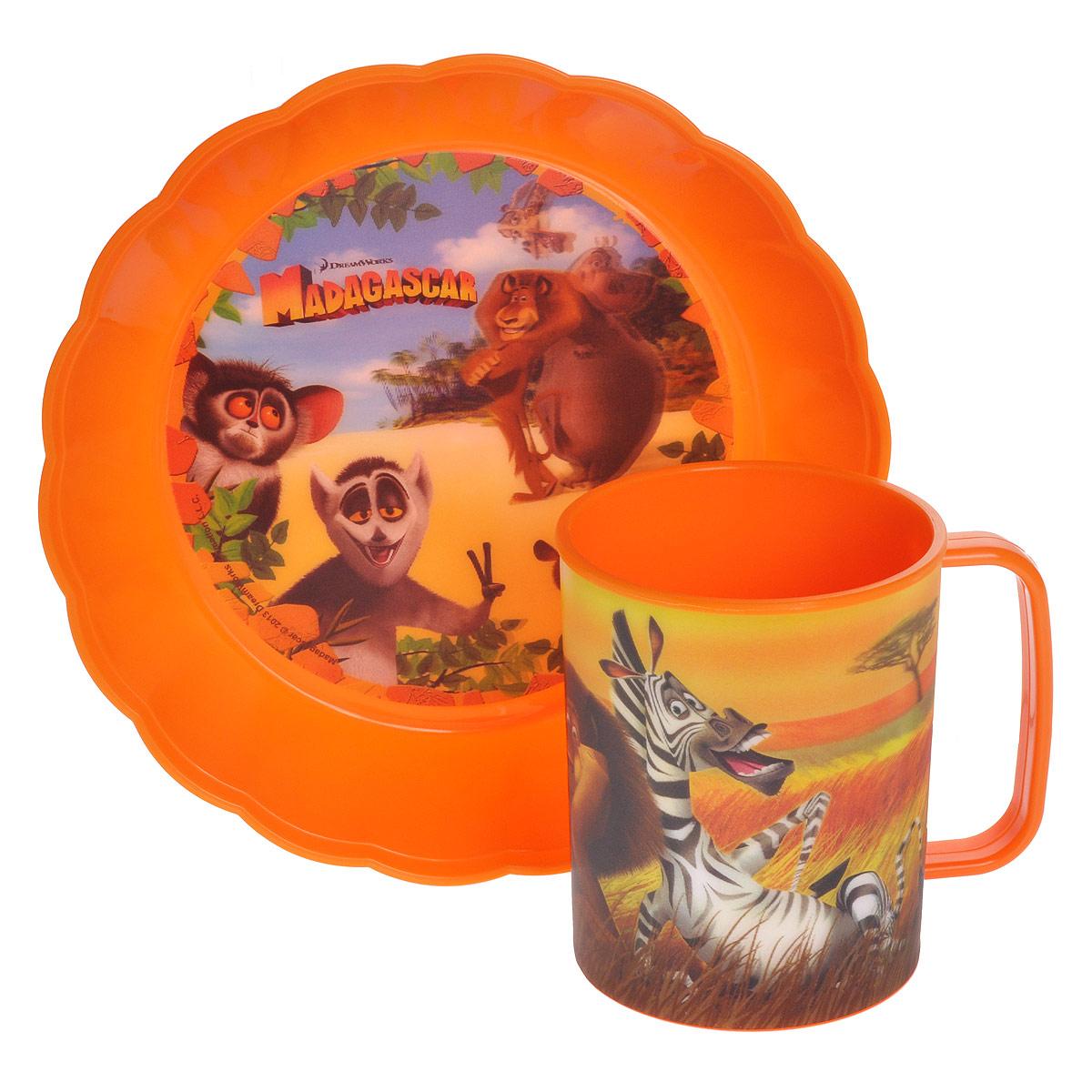 Набор детской посуды Мадагаскар, цвет: оранжевый, 2 предметаNMD2Набор детской посуды Мадагаскар состоит из кружки и круглой миски. Посуда, выполненная из пищевого пластика оранжевого цвета, оформлена изображениями героев популярного мультфильма Мадагаскар. Рисунки находятся под слоем прозрачного структурного пластика (линзы), создающего эффект объемного изображения, как в 3D кино, и исключающего попадание краски в жидкость. Небьющаяся посуда, красивая, легкая и удобная в уходе, прекрасно выдерживает горячую пищу. Ваш малыш с удовольствием будет кушать вместе с любимыми героями.