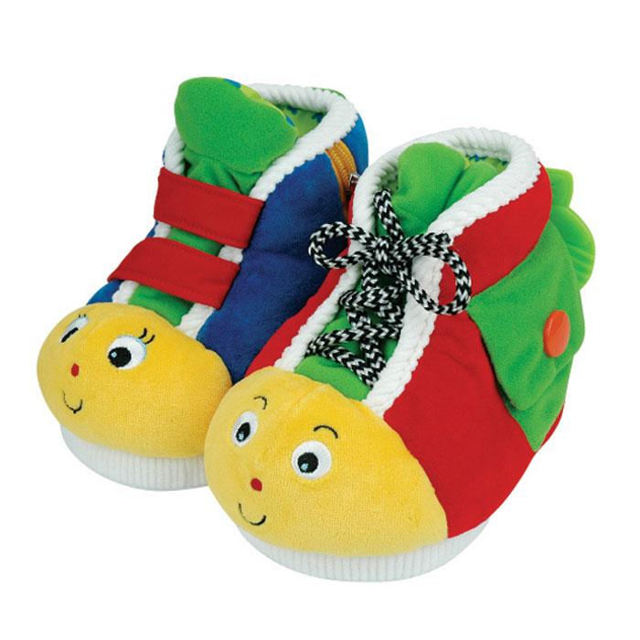 Обучающая игрушка Ks Kids Ботинки, 2 штKA461Обучающая игрушка Ks Kids Ботинки, предназначенная для малышей от года, представляет собой два мягких ботиночка. Выполненные из приятного на ощупь текстильного материала разных фактур, ботиночки снабжены различными развивающими и обучающими элементами: шнурком, липучками, пуговкой, пластиковым карабином, кнопкой, прорезывателем и застежкой-молнией, к бегунку которой подвешена мягкая звездочка с погремушкой внутри. Обучающая игрушка Ks Kids Ботинки не только научит ребенка завязывать шнурки, расстегивать и застегивать разные застежки, но и станет для малыша удобной домашней обувью.