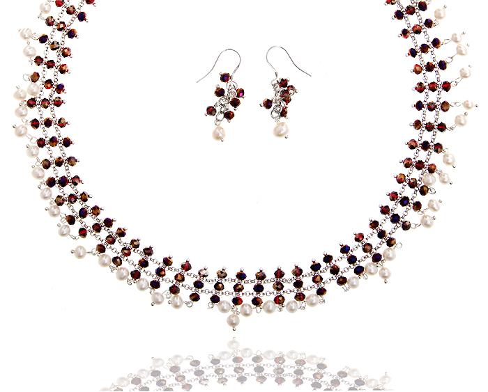 Комплект Констанция: ожерелье и серьги. Искусственный жемчуг, бусины рубинового цвета, бижутерный сплав серебряного тона. Гонконг, 2000-е гг.BR0029Комплект Констанция: ожерелье и серьги. Искусственный жемчуг, бусины рубинового цвета, бижутерный сплав серебряного тона. Гонконг, 2000-е гг. Размер: Ожерелье: 44 -50 см (регулируется за счет застежки-цепочки). Серьги: 3,5 х 1,5 см. Сохранность отличная, изделие новое, не было в использовании.