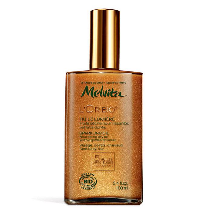 Melvita Мерцающее масло LOr Bio, 100 мл028282Легкое мерцание и золотые искорки на безупречно гладкой и мягкой коже, шелковые волны волос и полные соблазна ароматы далеких стран. Melvita LOr Bio – природное золото для вашей кожи и волос, искушение, перед которым невозможно устоять. 100% натуральное сухое масло с ультрамягкой текстурой. Легкая жидкая текстура с изысканным ароматом незаметно впитывается в кожу и не оставляет жирной пленки. Бронзовые и золотистые мерцающие минеральные пигменты равномерно распределяются по коже, мягко отражая свет и придавая здоровое сияние, а пять ценных масел питают кожу, делая ее эластичной, красивой и сияющей. 100% ингредиентов натурального происхождения. 44% ингредиентов - продукты органического земледелия. Способ применения : В течение всего года: нанесите на кожу после очищения или принятия душа, чтобы увлажнить, смягчить или придать коже красивое сияние перед особым мероприятием. Летом: нанесите на кожу после принятия солнечных ванн, чтобы усилить...
