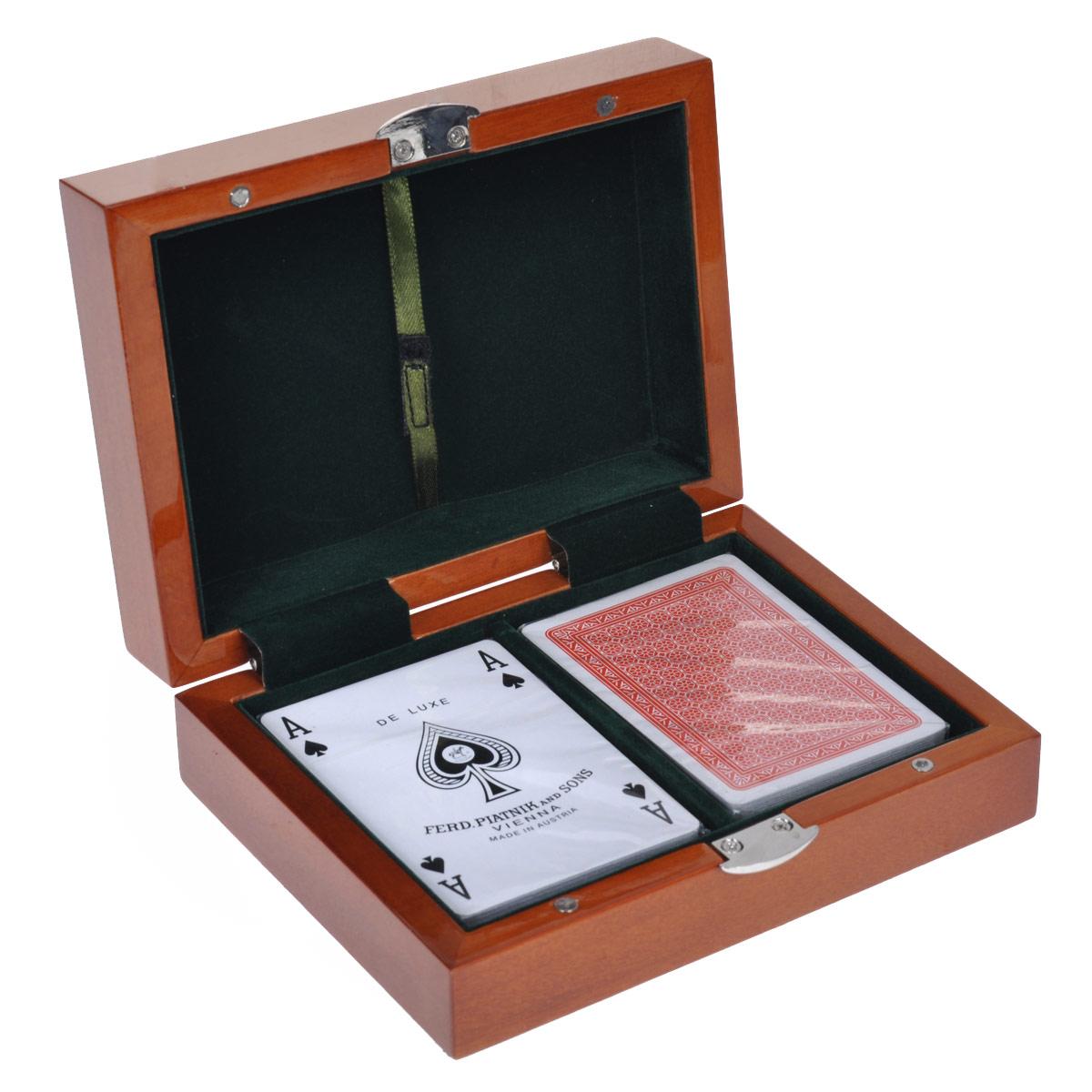 Набор игральных карт Piatnik Luxury, 2 колоды. 28042804Подарочный набор Piatnik Luxury включает две колоды карт с синими и красными рубашками. Карты имеют специальное пластиковое покрытие. Набор упакован в изящную деревянную шкатулку, покрытую слоем лака. Внутренняя поверхность шкатулки отделана изысканной бархатистой тканью зеленого цвета. Такой набор станет отличным подарком для любителей карточных игр.