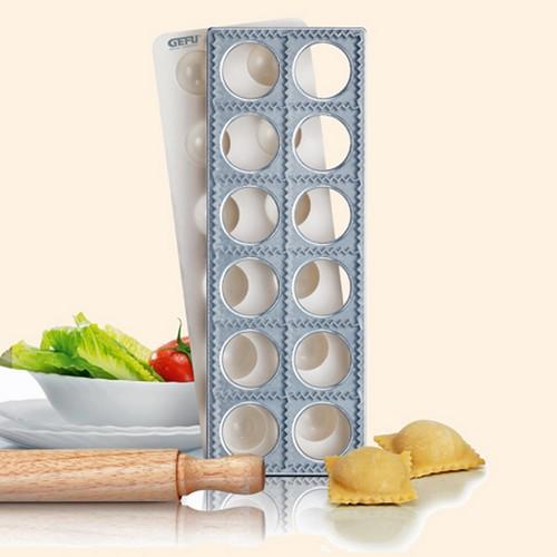 Набор для равиоли Gefu, 3 предмета. 2844028440Набор для равиоли Gefu состоит из алюминиевой формы с 12 квадратными ячейками, пластиковой вставки и деревянной скалки. Набор служит для приготовления итальянских пельменей (равиоли). Поместите лист теста на посыпанную мукой форму и наложите сверху пластмассовую вставку для формирования лунок в тесте. Наполните каждую лунку начинкой, смажьте края яичной или молочной смесью и накройте другим листом теста. Слегка надавливая, пройдите скалкой по тесту и переверните конструкцию. 12 кармашков с начинкой легко отделятся. Предметы набора можно мыть в посудомоечной машине (за исключением скалки). Характеристики: Материал: алюминий, пластик, дерево. Размер формы: 30 см х 10,5 см х 2 см. Размер ячейки: 4,5 см х 4,5 см. Количество ячеек: 12 шт. Размер вставки: 30 см х 10,7 см х 1,8 см. Длина скалки: 24 см. Диаметр скалки: 2,5 см. Размер упаковки: 31 см х 14 см х 3 см. Производитель: Германия. Артикул: 28440.