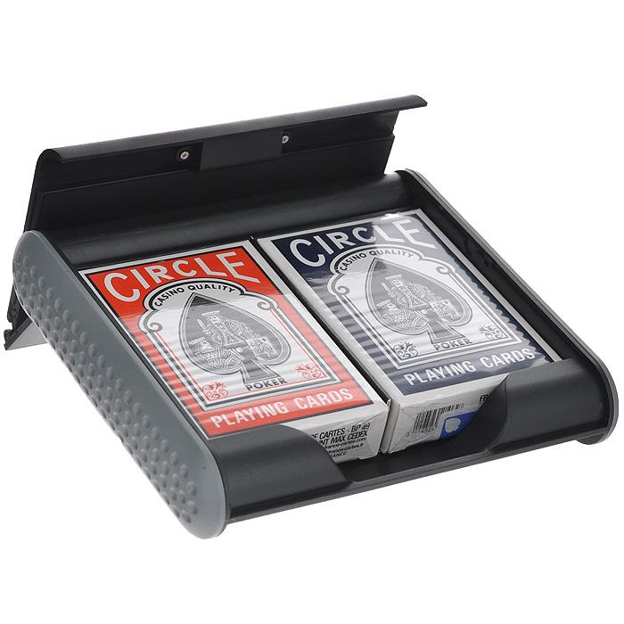 Набор игральных карт Grimaud Circle: 2 колоды. 395050395050Подарочный набор Circle состоит из двух колод игральных карт, упакованных в пластиковый холдер. Карты с пластиковым покрытием имеют стандартный покерный размер и гладкую поверхность. Держатель-подставка открывается нажатием на кнопку, расположенную в нижней части корпуса.