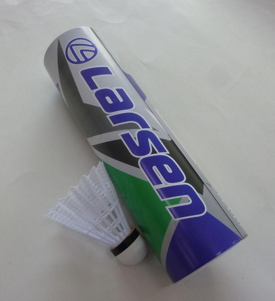 Набор нейлоновых воланов для бадминтона Larsen S-300, цвет: белый, 6 шт245108Набор для бадминтона Atemi состоит из шести белый перьевых воланов. Головка волана выполнена из натуральной пробки, а перья из нейлона. Волан для игры в бадминтон влияет на процесс игры не меньше, чем ракетка.