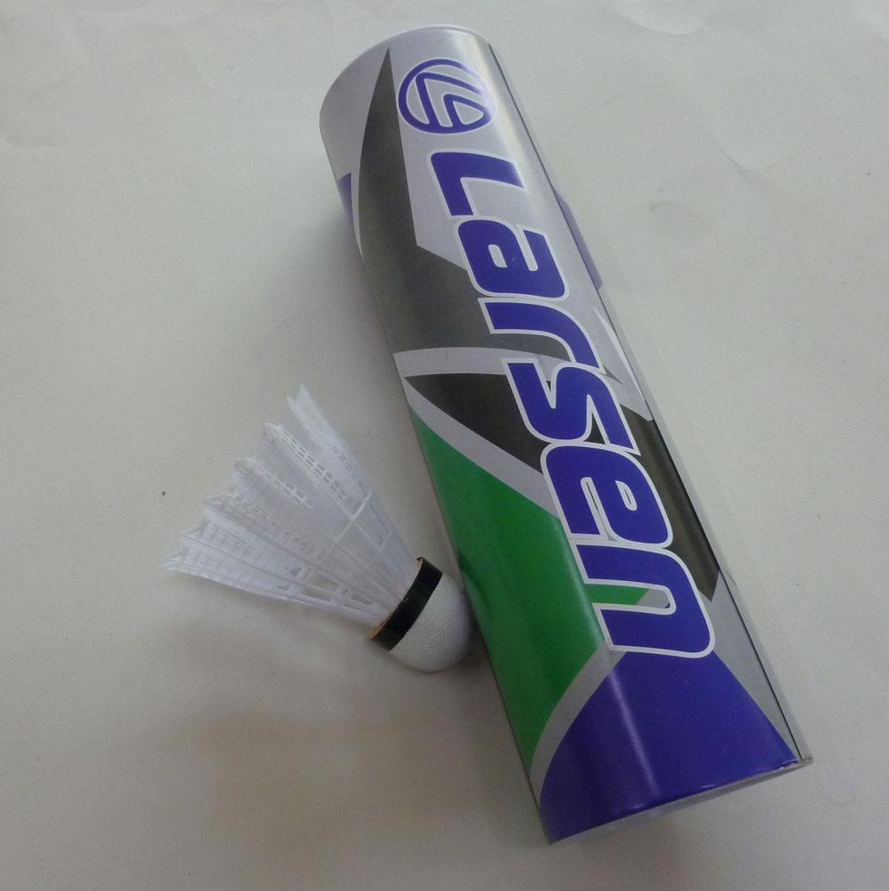 Набор нейлоновых воланов для бадминтона Larsen S-320, цвет: белый, 6 шт245109Набор для бадминтона Atemi состоит из шести белый перьевых воланов. Головка волана выполнена из искусственной пробки, а перья из нейлона. Волан для игры в бадминтон влияет на процесс игры не меньше, чем ракетка. .