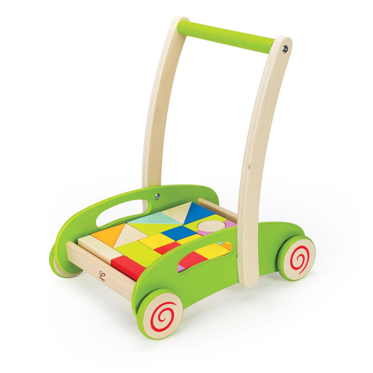 Развивающая каталка-конструктор Hape, 21 элементЕ0371Развивающая каталка-конструктор Hape, непременно, понравится вашему малышу и подойдет для игры, как дома, так и на свежем воздухе. Игрушка выполнена из дерева с использованием нетоксичных красок в виде тележки с кубиками. Каталка оснащена четырьмя колесами и удобной широкой ручкой. Ребенок сможет катать игрушку, толкая перед собой. Опираясь на каталку, ребенок учится уверенно ходить, тренирует координацию и равновесие. Двадцать кубиков, входящих в комплект позволят малышу проявить фантазию и творческие способности. Придумывая первые конструкции, ребенок тренирует мелкую моторику рук, логику, воображение, знакомится с новыми формами и физическими законами. Ему необходимо уместить все кубики в тележке. Сделать это можно только поняв сочетание форм. Игра учит малыша наводить порядок. Порадуйте своего ребенка таким замечательным подарком!