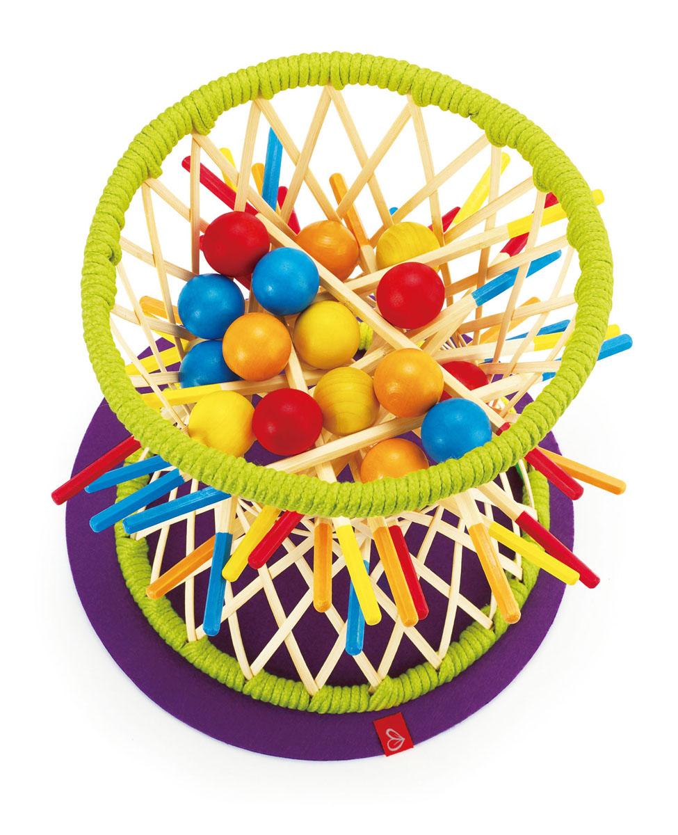 Hape Развивающая игра PallinaЕ5522Развивающая игра Hape Pallina от выдающегося немецкого дизайнера игрушек Маркуса Хирша надолго займет внимание вашего малыша. В эту игру можно играть всей семьей. Она наверняка будет полезной и интересной не только детям, но и взрослым. Игра рассчитана на 2-4 человек, остальным же предоставляется роль зрителей. Но в следующий раз они непременно захотят поучаствовать - уж больно азартная эта игра, даже если просто наблюдать со стороны! Каждый участник игры выбирает свой цвет. Задача игроков - последовательно вытаскивать палочки выбранного цвета из отверстий между прутьев корзины. при этом важно не уронить шарик своего цвета. Побеждает тот, кому удастся сохранить свой последний шарик в позиции на весу. Для того, чтобы выиграть, придется как следует поразмыслить. При этом нужно быть предельно аккуратным. В комплект игры входят: корзина, коврик под нее, 16 шариков и 20 палочек. Корзина и палочки изготовлены из экологически чистого бамбука. Игрушка упакована в...