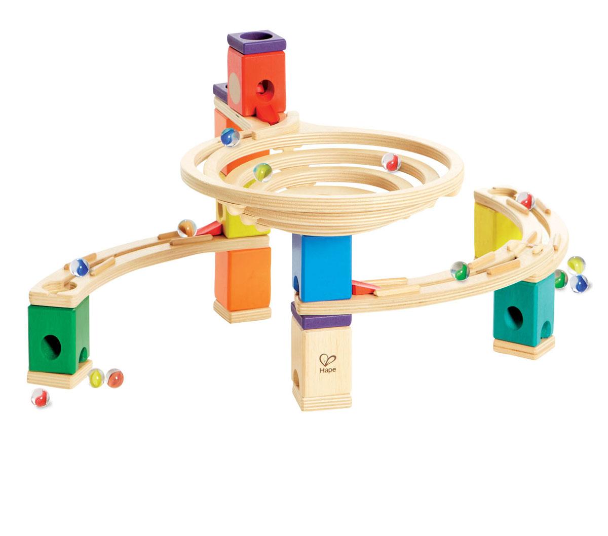 Конструктор Hape Quadrilla, 91 элементЕ6005Конструктор Hape Quadrilla непременно понравится вашему ребенку и надолго займет его внимание! Он состоит из множества разноцветных деревянных кубиков с отверстиями, деревянных элементов с желобом, спиральной воронки и разноцветных шариков. Из кубиков и других элементов можно построить яркий лабиринт различной конфигурации. Кидая шарики в воронку, малыш наблюдает, как они скатываются вниз по выстроенным лабиринтам. Вид конструкции ребенок может менять на свое усмотрение. Малыш может играть как самостоятельно, так и в компании друзей или родителей. В комплект входит мешочек, в котором удобно хранить мелкие элементы. Игра с конструктором Quadrilla развивает навыки мелкой моторики, воображение, пространственное мышление, позволяет юному строителю проявить свой творческий потенциал, способствует осознанию причинно-следственных связей.
