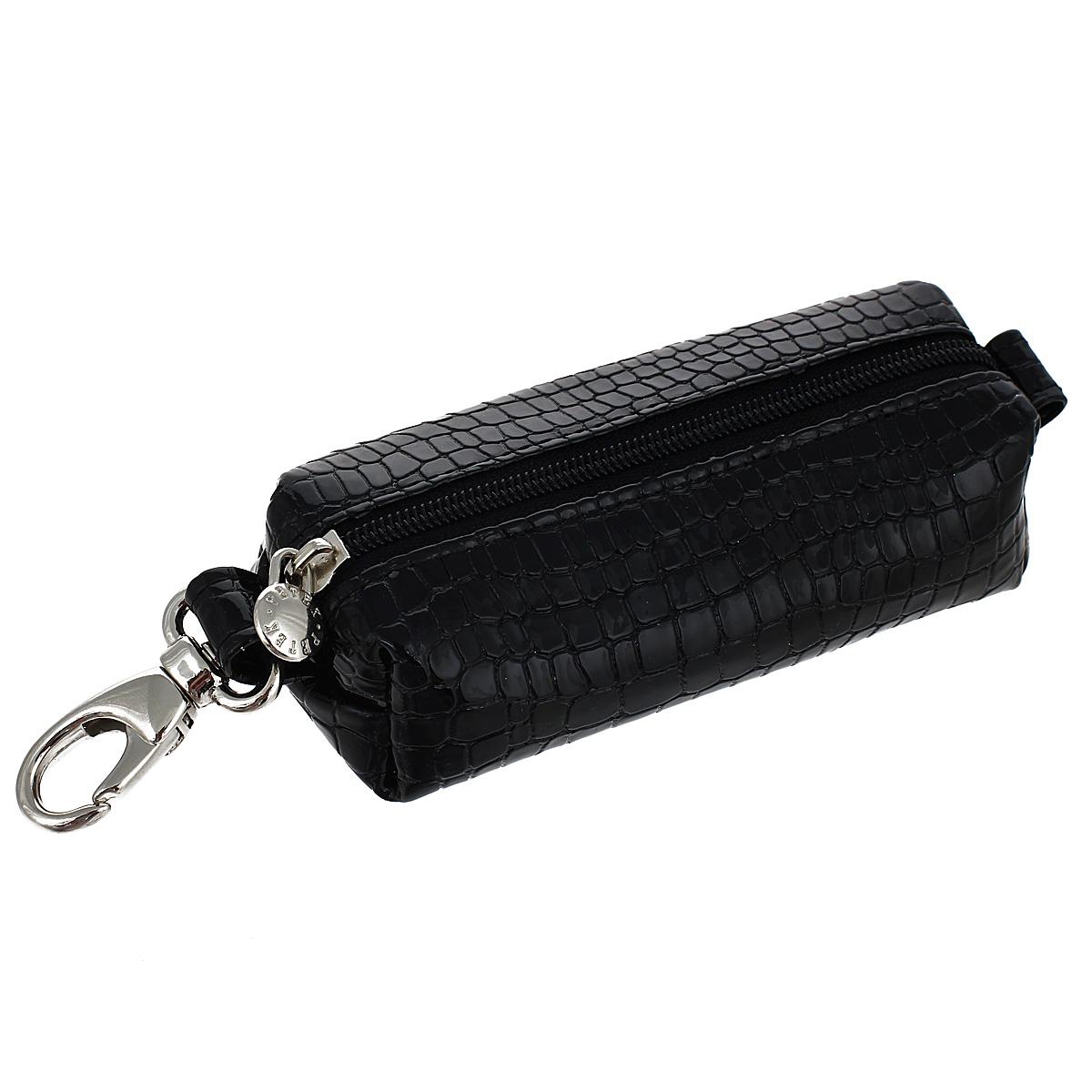 Ключница Petek, цвет: черный. 2542.091.012542.091.01 BlackКомпактная ключница Petek - стильная вещь для хранения ключей. Ключница, закрывающаяся на застежку-молнию, выполнена из натуральной глянцевой кожи. Внутри ключницы металлическое кольцо для ключей. С внешней стороны карабин для крепления. Ключница упакована в фирменную коробку с логотипом. Этот аксессуар станет замечательным подарком человеку, ценящему качественные и практичные вещи.