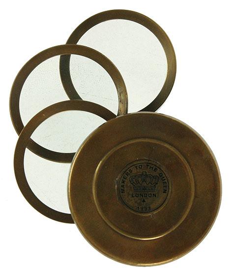 Сувенир настольный Лупа. 3581335813Настольный сувенир стилизован под старинную стеклянную лупу в латунном корпусе. Корпус бронзового цвета с эффектом состаривания придает прибору изысканность. Сувенир оснащен тремя лупами с поворотным механизмом и после использования они задвигаются в корпус. Такой сувенир станет прекрасным подарком человеку, любящему красивые, но в тоже время практичные вещи, способные украсить интерьер офиса или дома. Характеристики: Материал: металл (латунь), стекло. Размер в собранном виде (ДхШхВ): 7 см х 7 см х 4 см. Диаметр стекла лупы: 4,8 см. Кратность увеличения: 3.
