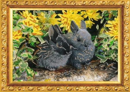 Набор для вышивания бисером Кролики, 36 х 27 см58В набор для вышивания Кролики входит все необходимое для создания собственного чуда: чешский бисер, ткань с нанесенным рисунком-схемой, специальная бисерная игла и инструкция. Рамка в состав готового набора не входит! Времена меняются, а истинные ценности всегда остаются в моде. К таким ценностям можно отнести любовь девушки, женщины к рукоделию. Представьте себе картину: девушка, сидящая в своей светлице перед веретеном у окна, напевающая красивую песню, задумчиво прядет, ловко управляясь с нитью. Старо? Можно придумать что-нибудь более современное. Например, молодая женщина сидит в уютном креслице с вышивкой на коленях, а рядом бегают малыши в вязанных ее руками штанишках. Или так. Бабушка в кресле-качалке вышивает икону... Наверняка придуманные вами образы овеяны ореолом романтики, тепла, света. И это неудивительно, рукоделие - пища не только (и даже не столько) для рук, сколько для души. И еще немного - для ума, ведь...