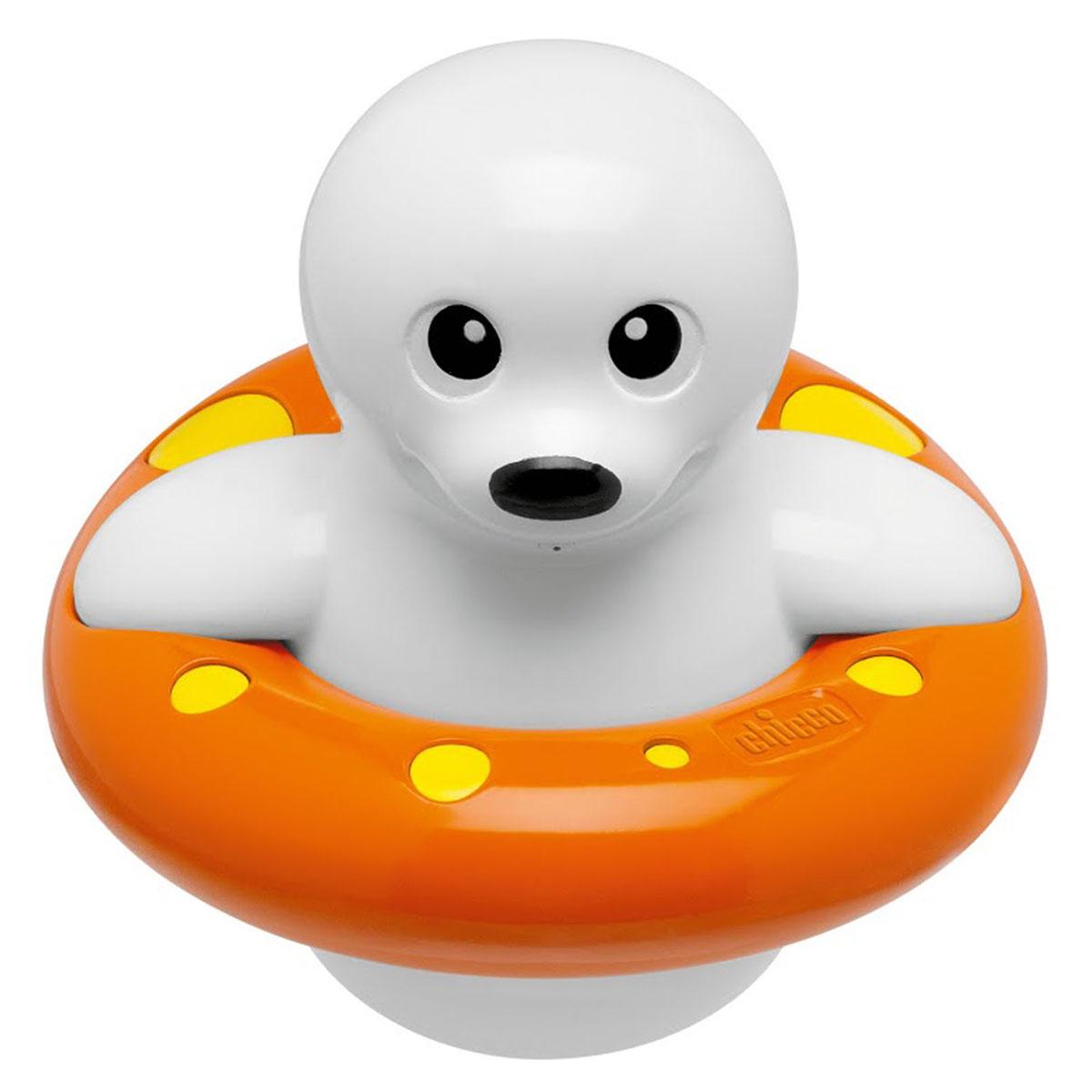 Игрушка для ванны Chicco Морской котик00005191000000Игрушка для ванны Chicco Морской котик понравится вашему ребенку и превратит купание в веселую игру! Она выполнена из безопасного прочного пластика в виде забавного морского котика, плавающего с кругом. Если нажать на кнопку, расположенную на голове морского котика, то он брызнет тонкой струйкой воды, что, несомненно, позабавит малыша. Достаточно повернуть хвост морского котика, чтобы увидеть как он поплывет. Игрушка Морской котик способствует развитию воображения, цветового восприятия, тактильных ощущений и мелкой моторики рук.