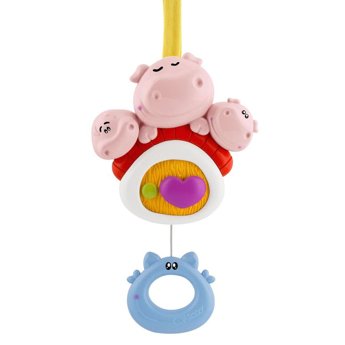 Музыкальная игрушка-подвеска Chicco Три поросенка00060134000000Музыкальная игрушка-подвеска Chicco Три поросенка поможет создать атмосферу уюта и спокойствия в детской комнате. Она выполнена из безопасного пластика ярких цветов в виде трех забавных поросят на крыше домика. Снизу к игрушке с помощью шнурочка крепится пластиковое кольцо в виде забавной мордашки. Потяните кольцо вниз, и оно будет медленно подниматься вверх под звучание негромкой успокаивающей мелодии. Эта спокойная музыка поможет малышу заснуть. Во время звучания мелодии сердечко в центре игрушки будет плавно поворачиваться по часовой стрелке. Игрушка крепится к кроватке при помощи текстильных завязочек. Игрушка-подвеска Три поросенка поможет ребенку успокоиться, а также развить концентрацию внимания, цветовое и звуковое восприятие. Рекомендуемый возраст: от 0 месяцев.