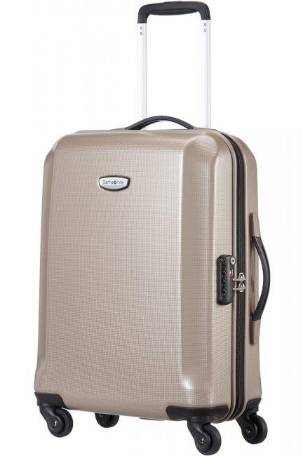 Чемодан Samsonite Skydro, 30,5 л. 45V-05002, шампань45V-05002Чемодан Samsonite Skydro - это особо прочный и надежный чемодан, которые выполнен из стопроцентного поликарбоната, обеспечивающего максимальную защиту ваших вещей во время длительных поездок. Внутренняя организация чемодана дает возможность удобно и компактно складывать вещи, в то время как двойные колеса обеспечивают прекрасную маневренность. Чемодан оснащен замком безопасности TSA, который исключает возможность взлома при досмотре во время путешествий. Отверстие в кодовом замке предназначено для работников таможни (открытие багажа для досмотра без присутствия хозяина). Ключ находится только у таможни. Выдвижная ручка, фиксирующаяся в двух положениях, обеспечивает хорошую устойчивость и может быть отрегулирована под рост каждого пользователя. Внутри чемодан состоит из одного главного отделения с перекрещивающимися багажными ремнями, соединяющимися при помощи пластикового карабина, сбоку отделения имеется вшитый сетчатый карман на застежке молнии. На крышке, с...