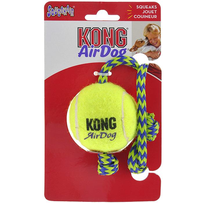 Игрушка для собак Kong Air Теннисный мяч с канатомAST21Игрушка для собак Kong Air Теннисный мяч с канатом предназначена для собак средних пород весом от 5 до 15 кг. Эта игрушка - на 100% настоящий теннисный мяч. Такой мячик имеет непредсказуемую траекторию при отскакивании от земли и может плавать на поверхности воды. Канатики способствуют тренировке жевательных мышц и массажу десен и поддерживают интерес к игре.