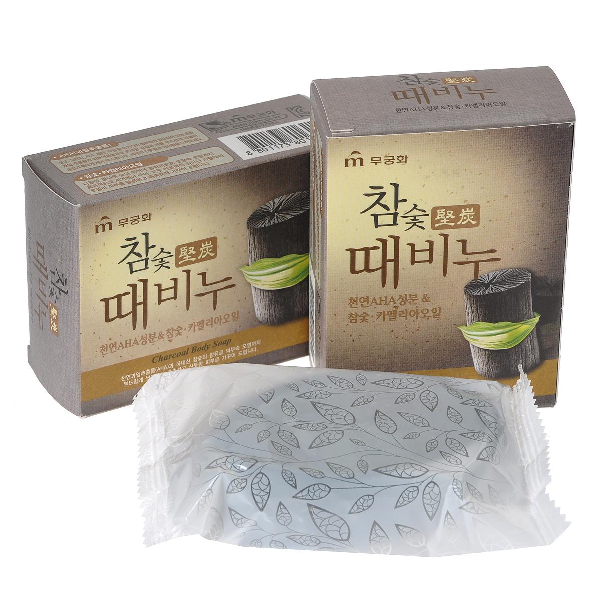 Mukunghwa Косметическое мыло-скраб Древесный уголь, 3 х 100 гУТ000000707Высококачественный древесный уголь лиственных пород, произрастающих на территории Кореи, эффективно очищает кожу. Хорошо раскрывает поры, удаляя загрязнения и отмершие клетки верхнего слоя кожи, и делает ее эластичной, нежной и гладкой. Масло камелии смягчает кожу и придает ей здоровый вид. Способ применения : массирующими движениями нанесите мыло-скраб на кожу, после чего тщательно смойте обильным количеством воды. Характеристики: Количество: 3 шт. Вес: 3 х 100 г. Товар сертифицирован. Состав: мыльная основа, отдушка, дециловый полиглюкозид, экстракты AHA, масло камелии, древесный уголь, тетранатрия этидронат.