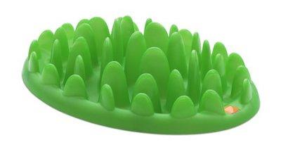 Миска интерактивная для собак Northmate Green, цвет: зеленый10105Интерактивная миска для собак Northmate Green, изготовленная из полипропилена, напоминает кусочек травы. Необходимое количество корма разбрасывается по миске. Таким образом, этот кусочек травы превращает кормление вашего питомца в сложную игру - собака вынуждена добывать еду, подталкивая кусочки корма между травинками миски. Этот процесс значительно продлевает время приема пищи и снижает риск быстрого заглатывания корма и вздутия желудка у питомца. В результате более здорового процесса пищеварения собака тоже становится более здоровой и счастливой. Большинство собак в состоянии съесть гораздо больше и быстрее, чем необходимо для их здоровья. Такое поведение обусловлено их инстинктами, и мы контролируем его дозированием каждой порцией еды. Однако, для того чтобы питомец был здоров, не менее важно контролировать и скорость потребления еды. Это делается путем затруднения доступа к ней. Миска вмещает примерно 300 мл. воды. Ее можно применять как для...