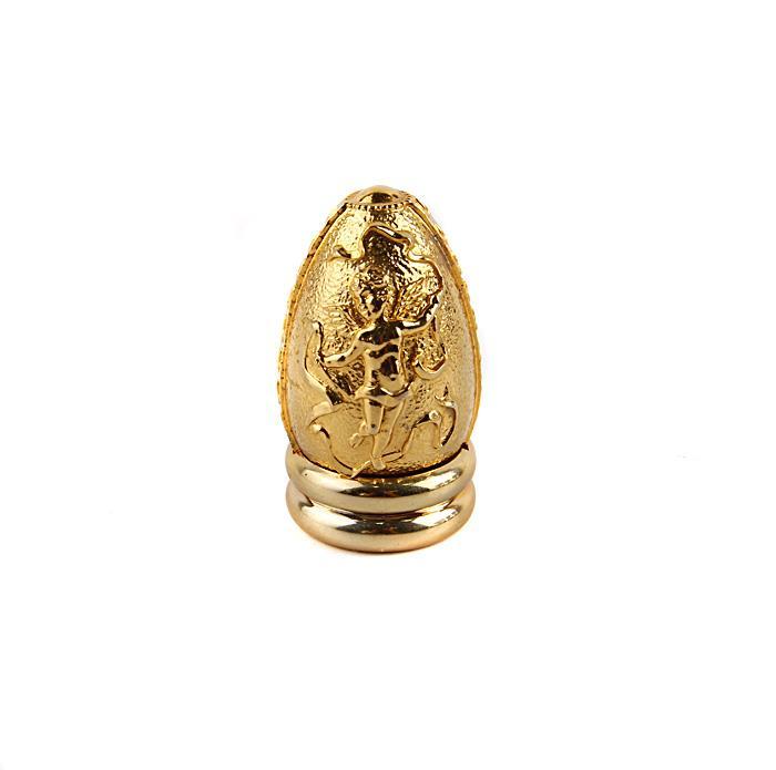 Яйцо Путти на подставке. Олово, золочение. The Franklin Mint, США, конец XX века15969Яйцо Путти на подставке. Олово, золочение. The Franklin M int, США, конец XX века. Высота с подставкой - 6 см, диаметр яйца 3 см. Сохранность хорошая. На дне маркировка - FM 90. На миниатюрном пасхальном яйце изображение крылатого путти с лентами. Яйцо станет хорошим подарком по случаю и без, хорошим дополнением в коллекцию!