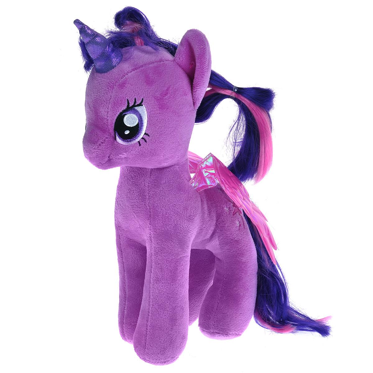My Little Pony. Пони Twilight Sparkle, 29 см90204Мягкая игрушка Twilight Sparkle выполнена в виде очаровательного пони фиолетового цвета с длинным хвостом, гривой и крылышками. Специальные гранулы, используемые при ее набивке, способствуют развитию мелкой моторики рук малыша. Удивительно мягкая игрушка принесет радость и подарит своему обладателю мгновения нежных объятий и приятных воспоминаний. В качестве набивки используется синтепон. Великолепное качество исполнения делают эту игрушку чудесным подарком к любому празднику.