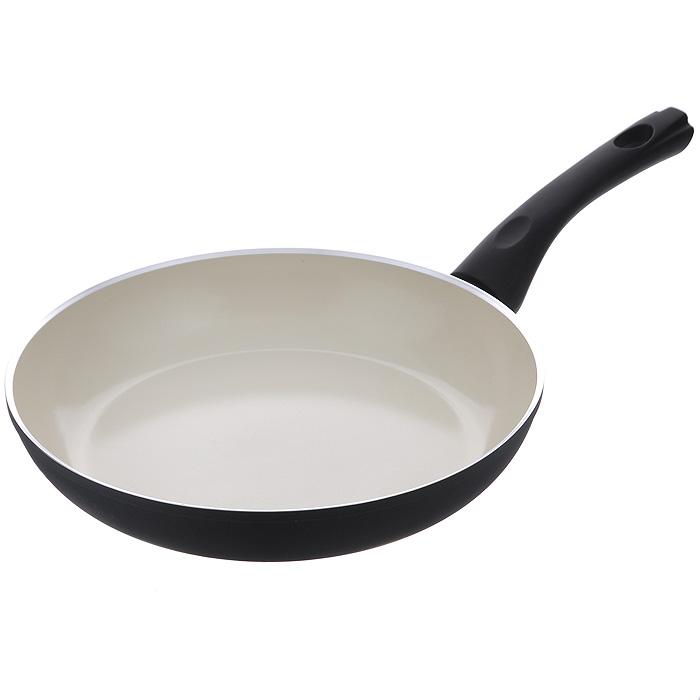 Сковорода Vitesse Black-and-White, с керамическим покрытием, цвет: черный, белый. Диаметр 26 смVS-2904Сковорода Vitesse Black-and-White изготовлена из высококачественного алюминия с внутренним керамическим покрытием премиум-класса Eco-Cera. Благодаря керамическому покрытию пища не пригорает и не прилипает к поверхности сковороды, что позволяет готовить с минимальным количеством масла. Кроме того, такое покрытие абсолютно безопасно для здоровья человека, так как не содержит вредной примеси PFOA. Покрытие стойко к высоким температурам (до 450°С), устойчиво к царапинам. С внешней стороны сковорода имеет элегантное матовое термостойкое покрытие черного цвета. Дно сковороды снабжено антидеформационным индукционным диском. Сковорода быстро разогревается, распределяя тепло по всей поверхности, что позволяет готовить в энергосберегающем режиме, значительно сокращая время, проведенное у плиты. Сковорода оснащена прочной ненагревающейся бакелитовой ручкой с покрытием Soft-Touch. Сковорода пригодна для использования на всех типах плит, включая индукционные. ...