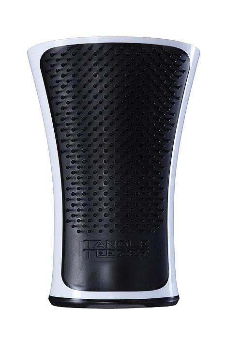 Tangle Teezer Расческа для волос Aqua Splash. Black PearlAS-BP-010712Профессиональная распутывающая расческа Tangle Teezer Aqua Splash идеально подходит для всех типов волос. Оригинальная форма зубчиков обеспечивает двойное действие и позволяет быстро и безболезненно расчесать влажные и сухие волосы. Расческа незаменима при мытье головы, принятии душа и морских ванн, во время спа-процедур, позволяя равномерно распределить на волосах средства для ухода. Уникальная эргономичная закругленная форма и нескользящая поверхность корпуса гарантируют надежность и удобство использования в воде. Товар сертифицирован.