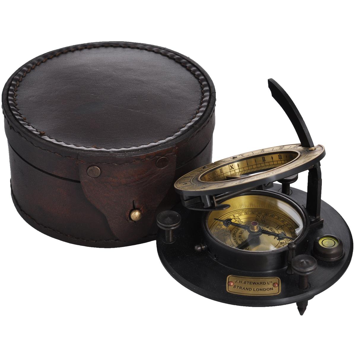 Сувенир настольный Корабельные солнечные часы и компас. 3581035810Настольный сувенир, выполнен в виде старинных корабельных солнечных часов с внутренним магнитным компасом, жидкостным уровнем и градусной шкалой. Корпус выполнен из латуни и оснащен устройством для фиксации магнитной стрелки и регулировочными винтами для выставления компаса по горизонтали по жидкостному уровню. Циферблат компаса имеет обозначения сторон горизонта буквами: S, N, E, W. Циферблат солнечных часов оформлен римскими цифрами. Сувенир упакован в кожаный футляр, закрывающийся хлястиком. Такой сувенир станет прекрасным подарком человеку, любящему красивые, но в тоже время практичные вещи, способные украсить интерьер офиса или дома.