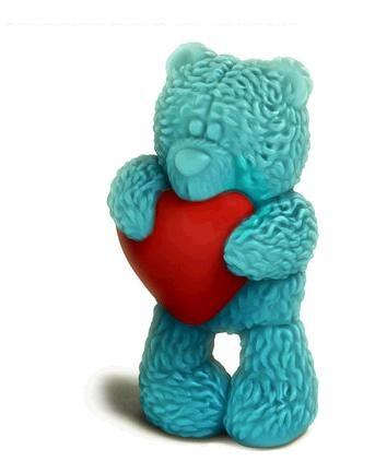Пластиковая форма 3D Медвежонок Тедди стоит с сердечком, 2 половинки2700770039580При помощи этой прозрачной формы для литья в виде медвежонка Тедди стоящего с сердечком в обнимку, можно самостоятельно изготовить оригинальное мыло, которое придётся по душе поклонникам этого милого медвежонка. Форма включает в себя лицевую часть и заднюю часть, соединив их между собой, в специальное отверстие заливается мыльная основа, после затвердевания, форма разъединяется и у вас получается объемная мыльная фигурка.