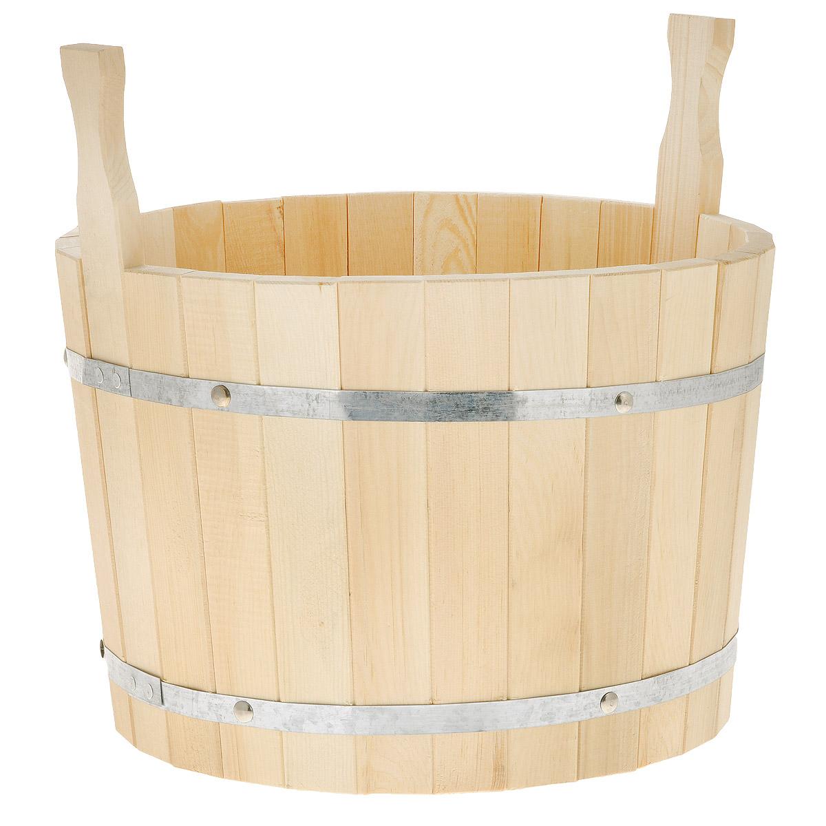 Шайка для бани Доктор Баня, 20 л8318Шайка круглой формы выполнена из брусков кедра, стянутых двумя металлическими обручами. Она прекрасно подойдет для замачивания веника или других банных процедур. Корпус шайки состоит из металлических обручей стянутых клепками. Для более удобного использования шайка имеет по бокам две небольшие ручки. Шайка является одной из тех приятных мелочей, без которых не обойтись при принятии банных процедур. Аксессуары для бани и сауны - это те приятные мелочи, которые приносят радость и создают комфорт. Интересная штука - баня. Место, где одинаково хорошо и в компании, и в одиночестве. Перекресток, казалось бы, разных направлений - общение и здоровье. Приятное и полезное. И всегда в позитиве. Характеристики: Материал: дерево (кедр), металл. Объем шайки: 20 л. Диаметр шайки по верхнему краю: 37 см. Высота шайки (без учета ручек): 26 см. Длина ручек: 11 см.