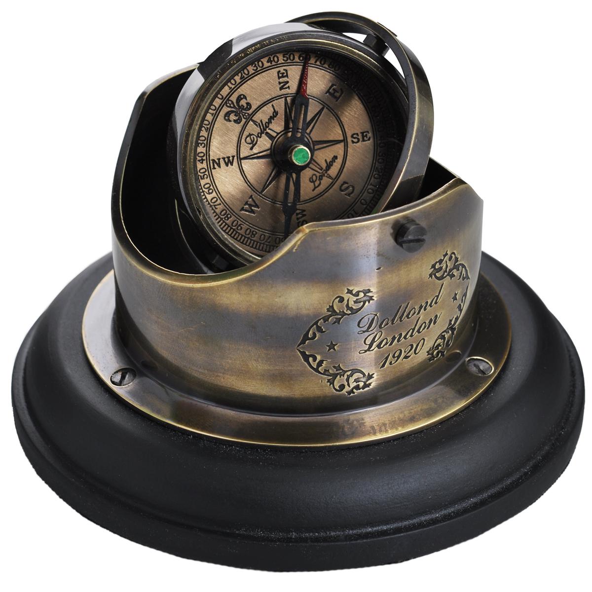 Сувенир настольный Корабельный компас. 3580735807Настольный сувенир выполнен в виде старинного корабельного магнитного компаса. Латунный корпус компаса установлен на деревянную базу по принципу гироскопа, что позволяет ему оставаться на прежнем уровне вне зависимости от угла наклона. Циферблат компаса оформлен градуировкой и обозначениями сторон горизонта. Внизу основание покрыто текстилем, чтобы защитить мебель от царапин. Такой сувенир станет прекрасным подарком человеку, любящему красивые, но в тоже время практичные вещи, способные украсить интерьер офиса или дома.