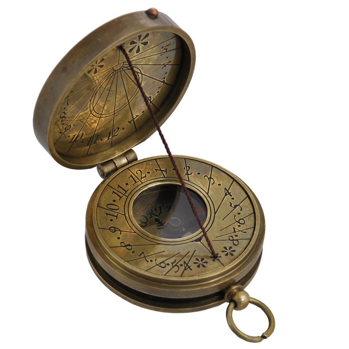 Сувенир настольный Солнечные часы и компас. 3581135811Настольный сувенир, выполнен в виде старинных солнечных часов с внутренним магнитным компасом. Корпус выполнен из латуни и украшен надписью «Coronation Of Elezabeth Ii June - 1953» на крышке. Циферблат компаса имеет обозначение севера: North. Циферблат солнечных часов оформлен арабскими цифрами, также арабскими цифрами оформлена внутренняя сторона крышки. Такой сувенир станет прекрасным подарком человеку, любящему красивые, но в тоже время практичные вещи, способные украсить интерьер офиса или дома.