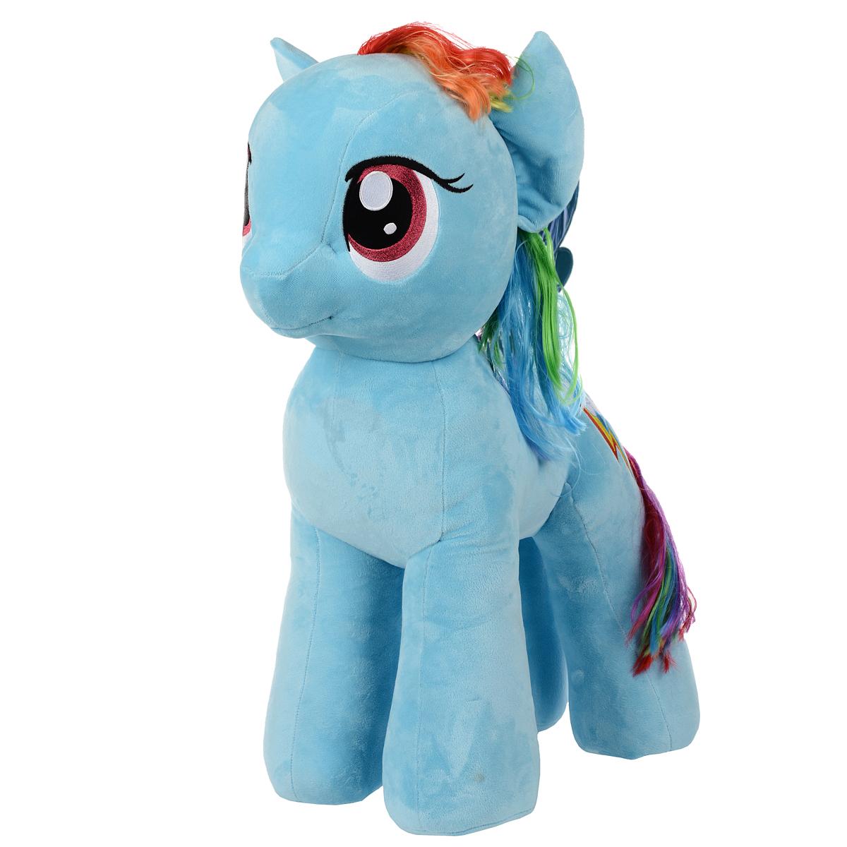My Little Pony Мягкая игрушка Пони Rainbow Dash, 76 см90217Мягкая игрушка My Little Pony Пони Rainbow Dash подарит вашему ребенку много радости и веселья! Она выполнена в виде персонажа мультфильма  My Little Pony - пони Радуги. Игрушка удивительно приятна на ощупь. Она изготовлена из мягкого текстильного материала, глазки вышиты нитками. Чудесная мягкая игрушка принесет радость и подарит своему обладателю мгновения нежных объятий и приятных воспоминаний. Рэинбоу Дэш - это голубая пони, у которой грива и хвост окрашены в радужные цвета. Глаза Радуги малинового цвета. Хобби Рэйнбоу - это, естественно, полеты, а ее работа - очищение неба и устройство погоды в Понивилле. Радуга очень смелая, целеустремленная пони, она не любит проигрывать, обожает победы, скорость и полеты, любит опасности и приключения, иногда может запугать своих друзей-пони. В ней кипит настоящий адреналин, она готова сразиться с любым врагом. Чудесная малышка станет любимой игрушкой вашего ребенка!