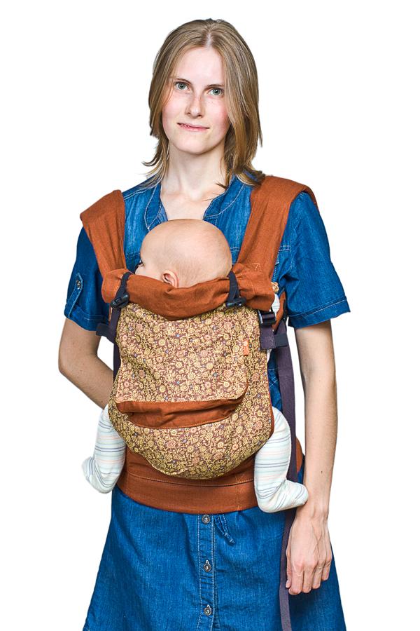 Слинг-рюкзак Чудо-Чадо, льняной, цвет: роялСРЛ02-001Слинг-рюкзак Чудо-Чадо - это простая и удобная переноска для активных родителей. Слинг выполнен из 100% льна, поэтому он прочный, гипоаллергенный и очень приятный для кожи. Слинг-рюкзак имеет широкий пояс, поддерживающий поясницу, вместо традиционных завязок слинга. Плотный пояс удобно застегивается и регулируется. Благодаря широким плечевым лямкам происходит превосходное распределение веса ребенка по плечам и спине, что делает этот слинг-рюкзак чрезвычайно комфортным. В лямках рюкзака в качестве наполнителя использована специальная пенка. Она хорошо держит форму, устойчива к самой интенсивной эксплуатации и не подвержена разрушению под воздействием воды, моющих средств и ультрафиолетовых лучей. Мягкое, удобное сидение подхватывает ребенка под коленки, обеспечивая физиологичную посадку с широко разведенными ножками. Вес малыша при этом распределяется равномерно, снижая до минимума нагрузку на нижние отделы позвоночника и тазобедренные суставы. Малышу обеспечен максимальный...