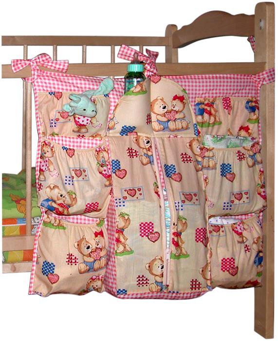 Коврик-шкафчик Мишутка на детскую кроватку, цвет: розовыйКШК01-002Коврик-шкафчик Мишутка - это удобный и компактный аксессуар, который поможет хранить все необходимые малышу вещи под рукой. Коврик-шкафчик имеет множество карманов, предусмотренных специально для детских принадлежностей: - вместительный карман на застежке-молнии для памперсов; - четыре кармана на резинке для хранения запасных пеленок и влажных салфеток; - четыре маленьких кармашка на резинке для предметов ухода за малышом (кремов, масел, присыпок, сосок); - два специальных утепленных кармашка для бутылочек. Благодаря продуманному дизайну коврика-шкафчика любую вещь можно быстро достать одной рукой. При помощи текстильных завязок коврик-шкафчик крепится на любую детскую кроватку. Когда малыш подрастет, коврик-шкафчик можно будет использовать для хранения его любимых игрушек.