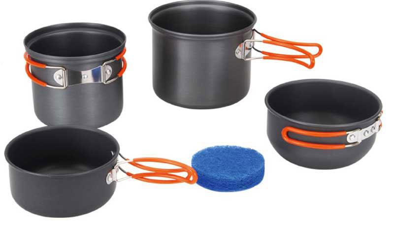 Набор походной посуды Fire-Maple, цвет: металлик, оранжевый, 5 предметовFMC-208Набор походной посуды Fire-Maple - очень легкий и компактный набор портативной посуды, сделанной из анодированного алюминия, жаропрочного и устойчивого к износу, который легко мыть. Рассчитан набор на 2-3 человека. В набор входят: два котелка с мисками, которые при необходимости можно использовать как крышки и губка. В большой котелок можно убрать маленький, а в последний, в свою очередь, сменный газовый картридж и горелку. Все элементы, которых вы касаетесь при приготовлении, оснащены термоизолирующим покрытием, очень приятным на ощупь при эксплуатации. Набор поставляется с сетчатым нейлоновым мешочком для транспортировки и хранения. Объемы котелков: 1,3 л; 0,9 л. Размеры большого котелка: 13,5 см х 11,2 см. Размеры маленького котелка: 12,5 см х 10,2 см. Объемы мисок: 0,7 л; 0,5 л. Размеры большой миски: 12,7 см х 6,5 см. Размеры маленькой миски: 12 см х 6 см.