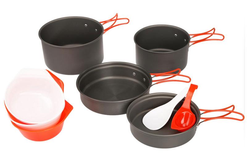 Набор походной посуды Fire-Maple, цвет: металлик, оранжевый, 10 предметовFMC-K7Набор Fire-Maple - набор портативной алюминиевой посуды на 2-3 человека. Элементы набора изготовлены из анодированного алюминия. Помимо того что он огнеупорный и прочный, он еще и легко моется. Сковороды можно использовать также в качестве крышек для котелков. Все элементы, которых вы касаетесь при приготовлении, оснащены термоизолирующим покрытием, очень приятным на ощупь при эксплуатации. Набор поставляется с сетчатым нейлоновым мешочком для транспортировки и хранения. В набор входят: - 2 сковороды, - 2 котелка, - 4 миски, - лопатка, - половник. Объемы сковородок: 0,6 л; 0,9 л. Размер большой сковороды: 18 см х 18 см х 4,6 см. Размер маленькой сковороды: 15,2 см х 15,2 см х 4,3 см. Объемы котелков: 1,7 л; 1,1 л. Размер большого котелка: 17 см х 17 см х 9,2 см. Размер маленького котелка: 13,6 см х 13,6 см х 7,8 см.