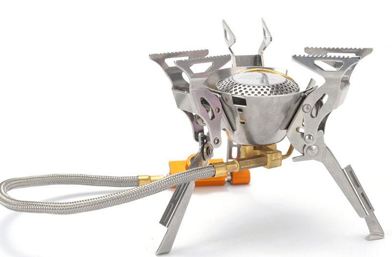 Газовая горелка Fire-Maple, cо шлангом и системой ППТ. FMS-100FMS-100Fire-Maple FMS-100 - портативная газовая горелка, конструкция которой позволяет максимально использовать площадь горения и гарантирует наиболее эффективный расход топлива и равномерную силу огня. Производство модели начинается с 2009 года и по сей день захватывает своим дизайном в стиле Трансформеры. Три парных складных опорных ножки из нержавеющей стали дополнительно усилены, что обеспечивает устойчивость горелки на любой поверхности. Вся конструкция обеспечивает высокую прочность модели. Двухканальная система предварительного нагрева и встроенный ветровой экран обеспечивают достаточно сильное пламя. Гибкий шланг позволяет при необходимости перевернуть газовый баллон, чтобы использовать топливо полностью, а при необходимости удалить сменный картридж на требуемое расстояние от горелки. Газовая портативная горелка FMS-100 снабжена ниппелем, особой системой предотвращения потери топлива при каждом подсоединении и отсоединении сменного картриджа. Это позволяет в разы снизить...