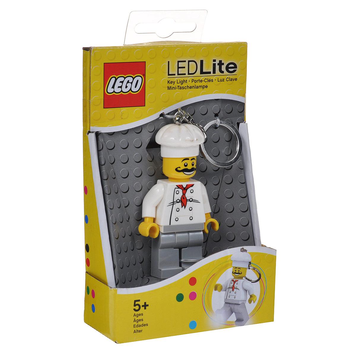 Брелок-фонарик для ключей Lego ChefLGL-KE24Брелок-фонарик для ключей Lego Chef станет отличным подарком для знакомых или коллег по работе. Его можно пристегнуть к рюкзаку, сумке или повесить на связку ключей. Lego Chef - это современный осветительный прибор в классической форме фигурки Lego с подвижными конечностями. В ноги фигурки встроены два ярких светодиода, которые включаются нажатием на кнопку, расположенную на животе человечка. Характеристики: Материал: пластик, металл. Размер брелока (без учета застежки-карабина): 7,5 см см х 4,5 см х 2 см. Изготовитель: Китай. BR> В комплекте c батарейками 2 х СR2025 3v.