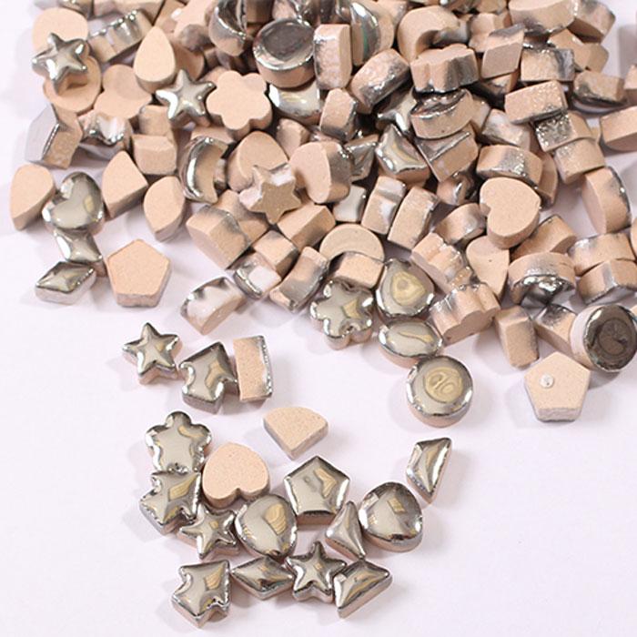 Мозаика керамическая Craft Premier с серебрянной глазурью, 1 см х 1 см, 100 гHD10-02Керамическая мозаика - вид творчества, который существует уже очень давно. Мозаику использовали еще в древности. И в наше время мозаика остается очень популярной. Мозаика - увлекательное и прекрасное занятие. Вы получите истинное удовольствие от погружения в процесс творчества и созданные своими руками картины украсят интерьер вашего дома или станут прекрасным подарком. Прекрасно развивает художественный вкус, аккуратность и внимание. Набор предназначен для детей от 5 лет и взрослых.